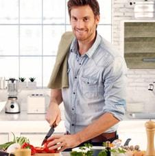 Hombre cocina